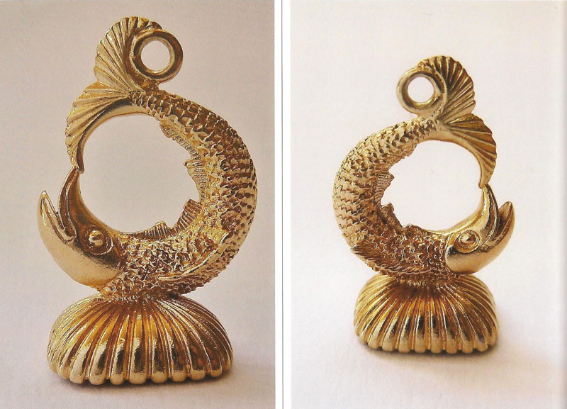 9-ct-Gold-Seal-modelled-as-a-curled-fish