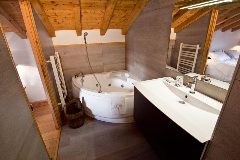 Chalet St Peres at St. martin de Belleville top bathroom with jacuzzi bath